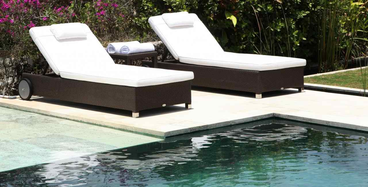 https://www.firstfurniture.co.uk/pub/media/catalog/product/s/k/skyline_anzia_rattan_sun_lounger_with_side_table.jpeg